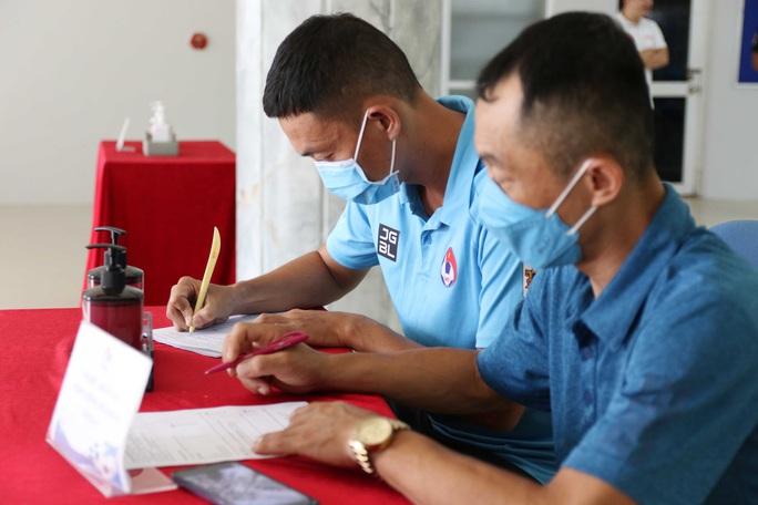 Cận cảnh lấy mẫu xét nghiệm Covid-19 các trọng tài trước ngày V-League tái xuất - Ảnh 3.