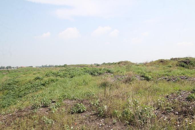 CLIP: Cận cảnh núi rác khổng lồ bị bỏ quên nhiều năm ở TP Vinh - Ảnh 4.