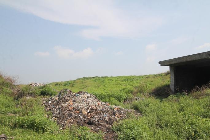 CLIP: Cận cảnh núi rác khổng lồ bị bỏ quên nhiều năm ở TP Vinh - Ảnh 11.