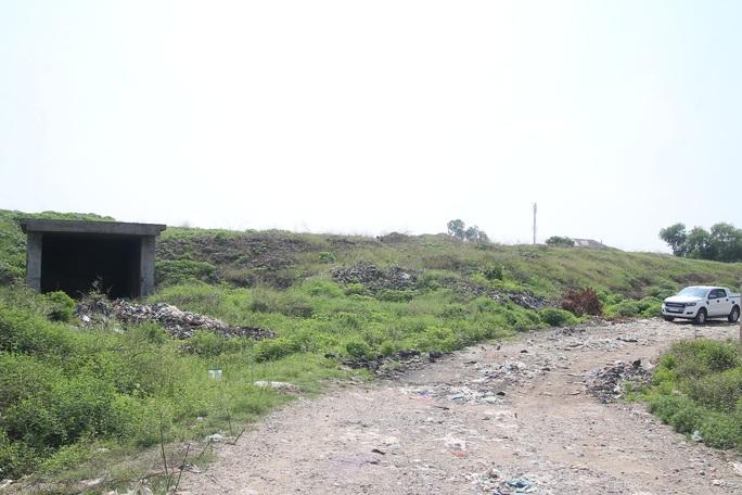 CLIP: Cận cảnh núi rác khổng lồ bị bỏ quên nhiều năm ở TP Vinh - Ảnh 8.
