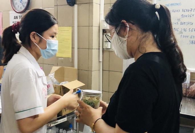 Hà Nội chưa liên hệ được với hơn 100 người đã mua pate Minh Chay - Ảnh 2.