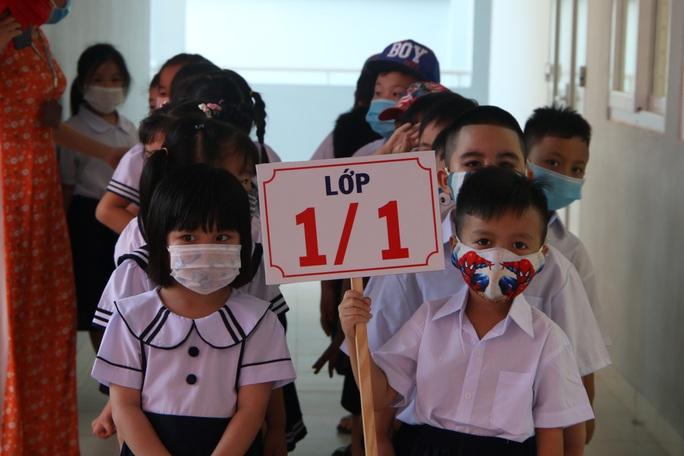 Biểu cảm của học sinh lớp 1 trong ngày khai giảng - Ảnh 2.