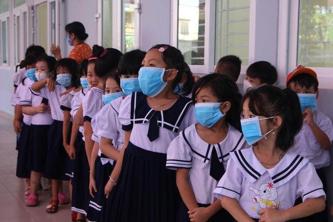 Biểu cảm của học sinh lớp 1 trong ngày khai giảng - Ảnh 6.