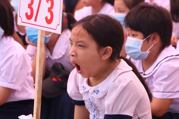 Biểu cảm của học sinh lớp 1 trong ngày khai giảng - Ảnh 3.