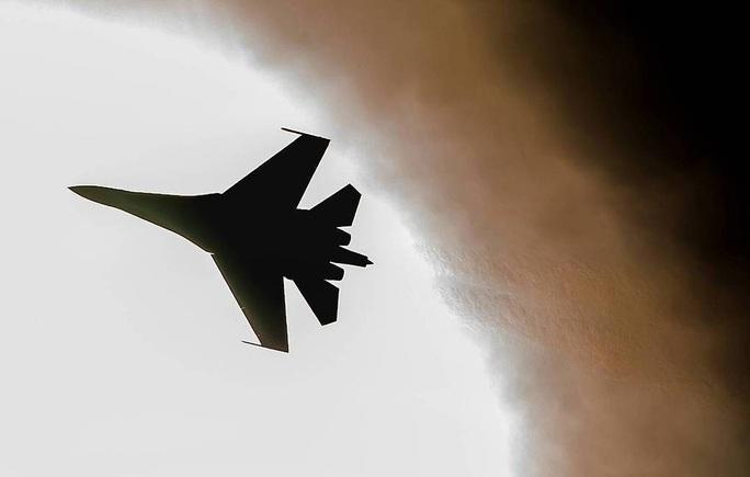 """Nga điều 8 chiến đấu cơ chặn """"pháo đài bay"""" của Mỹ trên biển Đen - Ảnh 1."""