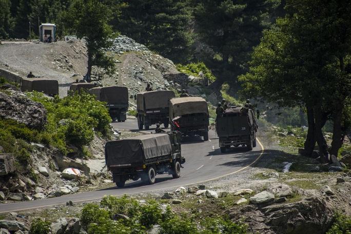 Trung Quốc, Ấn Độ điều xe tăng, máy bay, Mỹ đề nghị xoa dịu căng thẳng  - Ảnh 2.