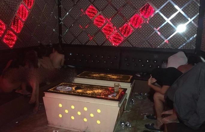 Nữ nhân viên quán karaoke thoát y nhảy múa với khách - Ảnh 1.