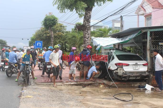 CLIP: Hãi hùng xe 4 chỗ tông vào nhà dân khiến nhiều người nguy kịch - Ảnh 2.