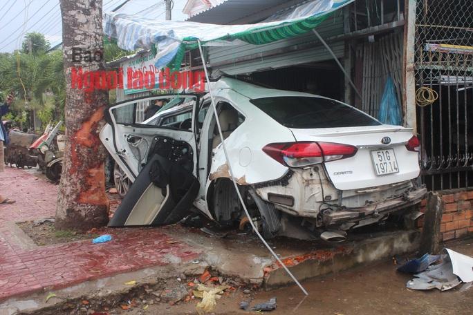 CLIP: Hãi hùng xe 4 chỗ tông vào nhà dân khiến nhiều người nguy kịch - Ảnh 3.
