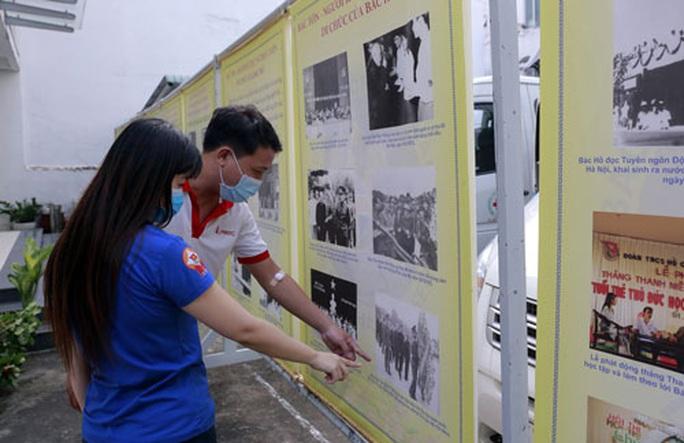 Triển lãm hình ảnh, tư liệu về Bác Hồ, Bác Tôn - Ảnh 1.