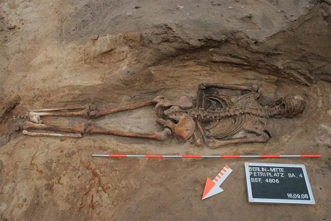 Phát hiện mộ cổ rùng rợn của một xác sống 400 tuổi - Ảnh 1.
