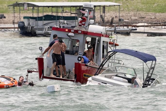 Thuyền diễu hành ủng hộ Tổng thống Trump chìm trên hồ - Ảnh 4.
