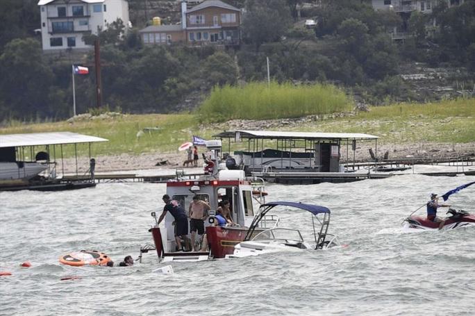 Thuyền diễu hành ủng hộ Tổng thống Trump chìm trên hồ - Ảnh 5.