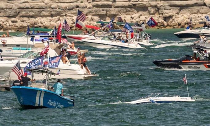 Thuyền diễu hành ủng hộ Tổng thống Trump chìm trên hồ - Ảnh 7.