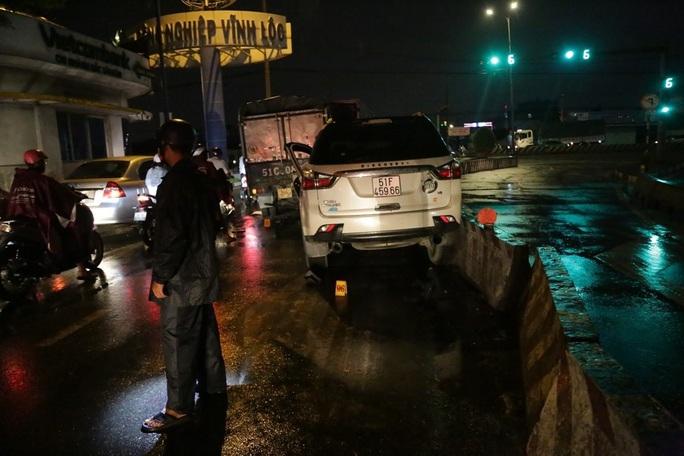 TP HCM: Ôtô tông hàng loạt xe máy, nhiều người bị thương - Ảnh 2.