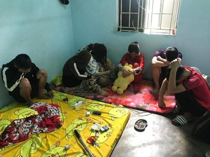 Nhóm nam nữ thanh niên phê ma túy trong phòng trọ - Ảnh 1.