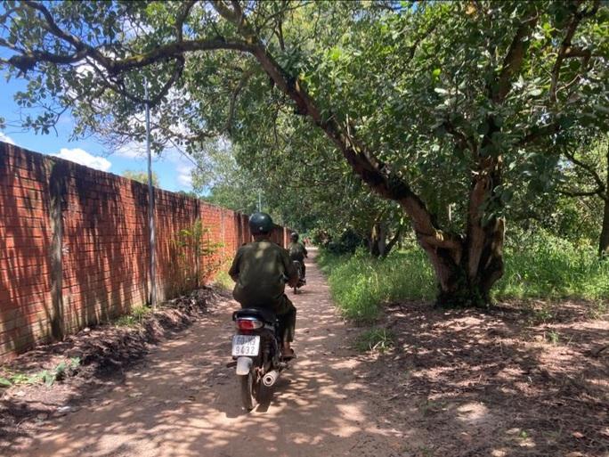 Đang tìm kiếm cháu bé 4 tuổi mất tích gần nhà ở vùng núi Chứa Chan - Ảnh 6.