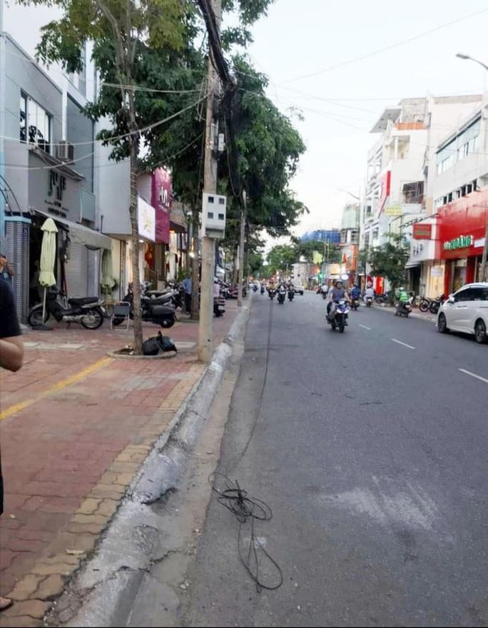 CLIP: Vướng dây viễn thông rơi xuống đường, thanh niên bị xe bồn cán tử vong - Ảnh 3.