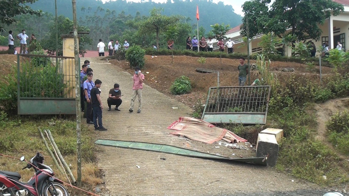 Cổng trường mầm non bất ngờ đổ sập đè 3 học sinh tử vong - Ảnh 2.