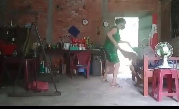Cụ bà bị con gái đánh đập, đổ phân lên đầu ở Long An: Kết quả điều tra ban đầu - Ảnh 1.