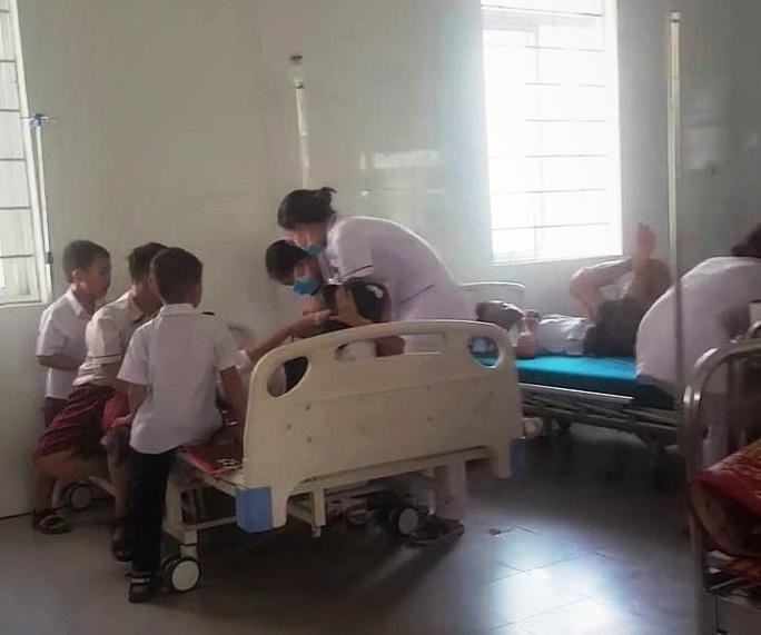 Hàng chục học sinh tiểu học nhập viện cấp cứu vì bị ong đốt - Ảnh 1.