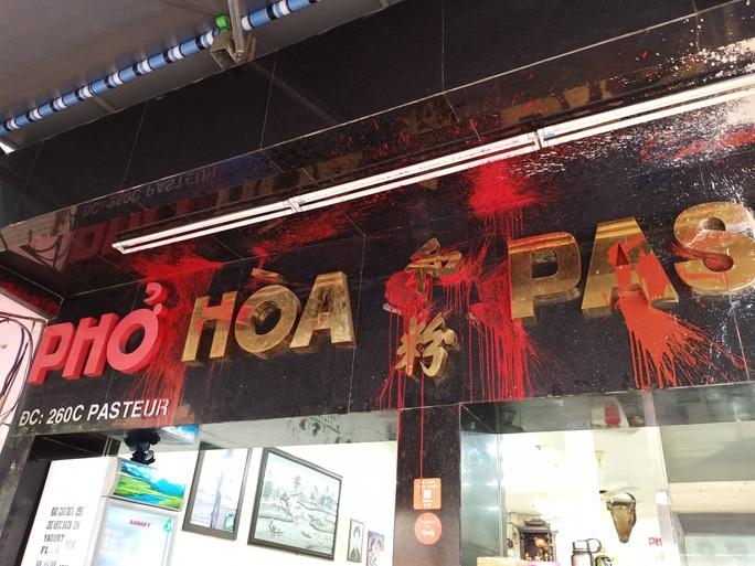 Công an TP HCM truy nã kẻ bỏ con gián vào thức ăn ở quán Phở Hòa - Ảnh 2.