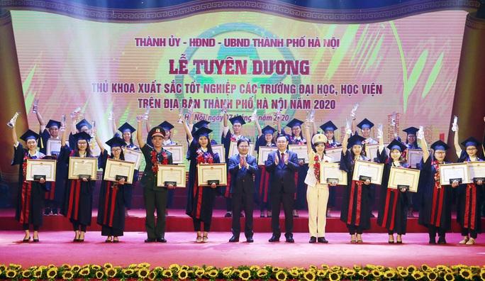 Hà Nội tuyên dương 88 thủ khoa xuất sắc năm 2020 - Ảnh 1.