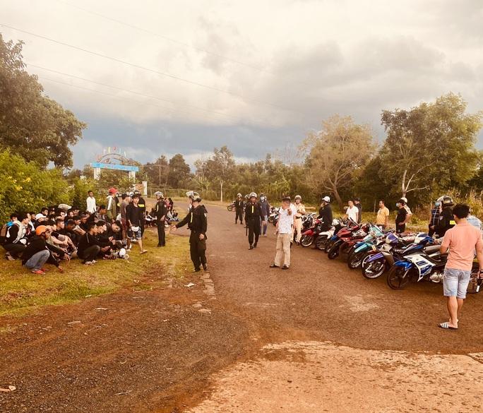 Bắt giữ gần 300 thanh thiếu niên, học sinh tụ tập đua xe - Ảnh 1.