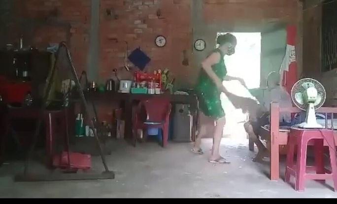 Người đàn bà hành hạ mẹ ruột ở Cần Đước, Long An khai gì? - Ảnh 1.
