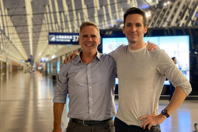 Bị đòi thẩm vấn, hai phóng viên Úc chạy có cờ khỏi Trung Quốc - Ảnh 1.