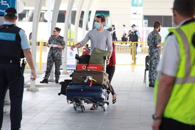 Bị đòi thẩm vấn, hai phóng viên Úc chạy có cờ khỏi Trung Quốc - Ảnh 2.