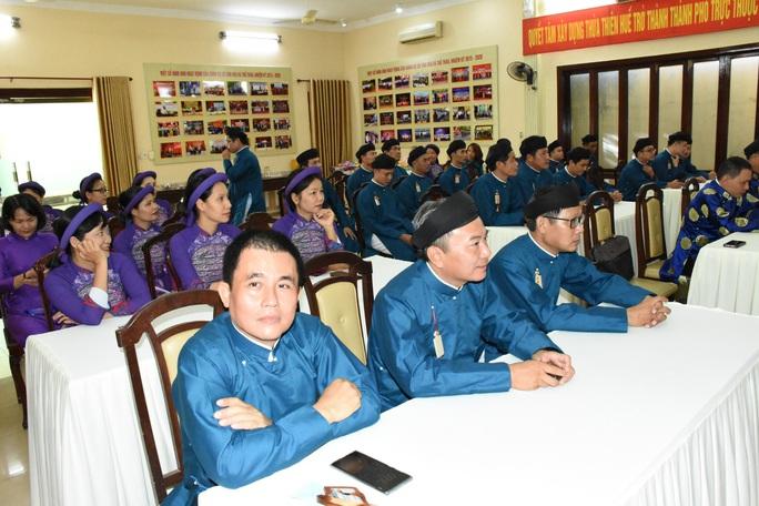 Lãnh đạo ngành văn hóa lên tiếng chuyện nam công chức mang áo dài ngũ thân đến công sở - Ảnh 5.