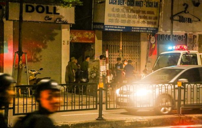 Cảnh sát mặc áo giáp, mang vũ khí truy bắt kẻ bạo hành dã man con gái 6 tuổi - Ảnh 5.