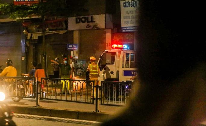 Cảnh sát mặc áo giáp, mang vũ khí truy bắt kẻ bạo hành dã man con gái 6 tuổi - Ảnh 7.