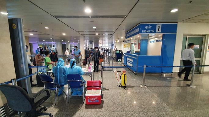 Hành khách bay từ Đà Nẵng vào TP HCM được xét nghiệm Covid-19 thế nào? - Ảnh 1.
