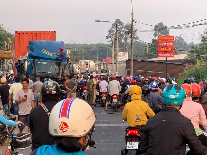 Xe container lao xuống cầu ở  Long Thành, tài xế thoát chết - Ảnh 5.