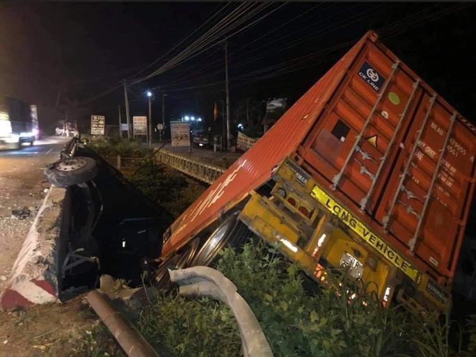 Xe container lao xuống cầu ở  Long Thành, tài xế thoát chết - Ảnh 2.