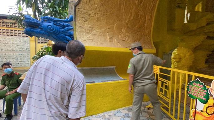 """Nhận tro cốt người thân tại chùa Kỳ Quang 2: """"Tim tôi như vỡ ra"""" - Ảnh 2."""