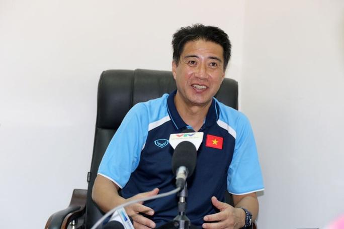 GĐKT người Nhật ấn tượng cách ăn mừng của NHM bóng đá Việt Nam - Ảnh 1.