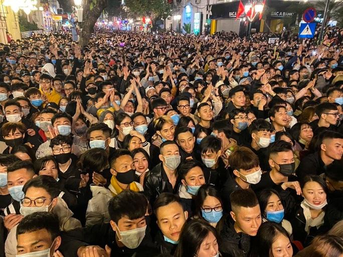 CLIP: Màn pháo hoa rực rỡ, lung linh đón chào năm mới 2021 ở Hà Nội - Ảnh 3.