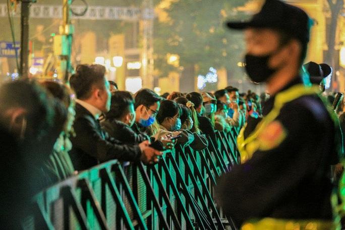 CLIP: Màn pháo hoa rực rỡ, lung linh đón chào năm mới 2021 ở Hà Nội - Ảnh 5.