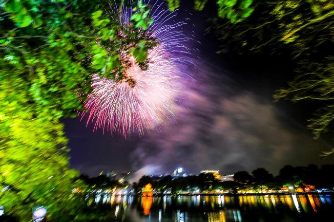 CLIP: Màn pháo hoa rực rỡ, lung linh đón chào năm mới 2021 ở Hà Nội - Ảnh 7.