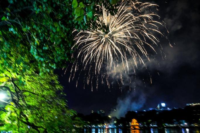 CLIP: Màn pháo hoa rực rỡ, lung linh đón chào năm mới 2021 ở Hà Nội - Ảnh 8.