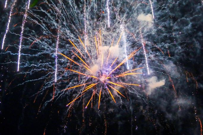 CLIP: Màn pháo hoa rực rỡ, lung linh đón chào năm mới 2021 ở Hà Nội - Ảnh 9.