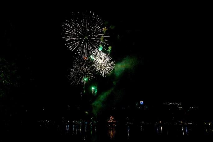 CLIP: Màn pháo hoa rực rỡ, lung linh đón chào năm mới 2021 ở Hà Nội - Ảnh 10.