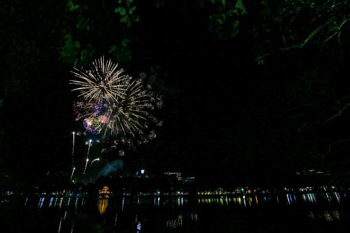 CLIP: Màn pháo hoa rực rỡ, lung linh đón chào năm mới 2021 ở Hà Nội - Ảnh 11.