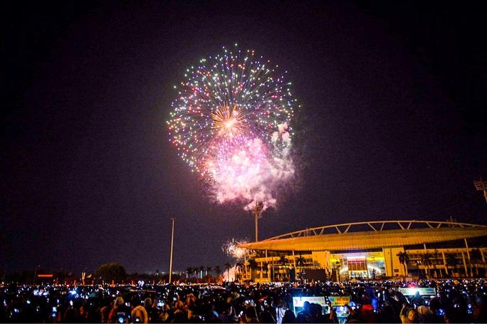 CLIP: Màn pháo hoa rực rỡ, lung linh đón chào năm mới 2021 ở Hà Nội - Ảnh 12.