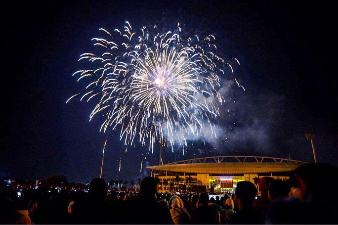 CLIP: Màn pháo hoa rực rỡ, lung linh đón chào năm mới 2021 ở Hà Nội - Ảnh 13.