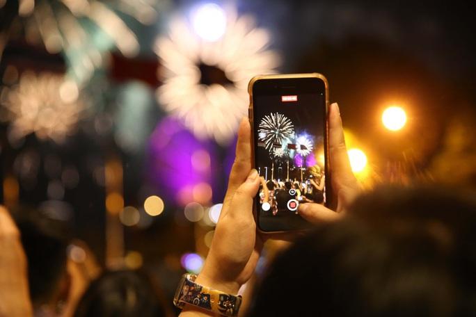 TP HCM rực rỡ pháo hoa chào đón năm mới 2021 - Ảnh 4.