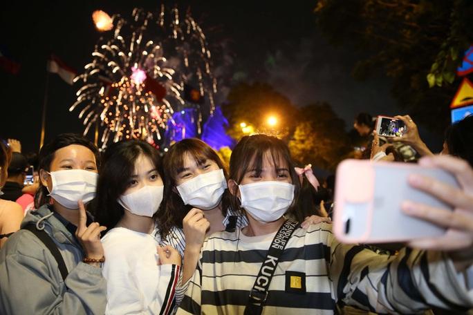 TP HCM rực rỡ pháo hoa chào đón năm mới 2021 - Ảnh 8.